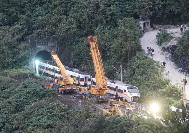 吊车正在吊离台铁脱轨事故列车