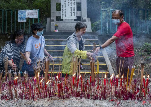 香港清明节期间的墓地访客。