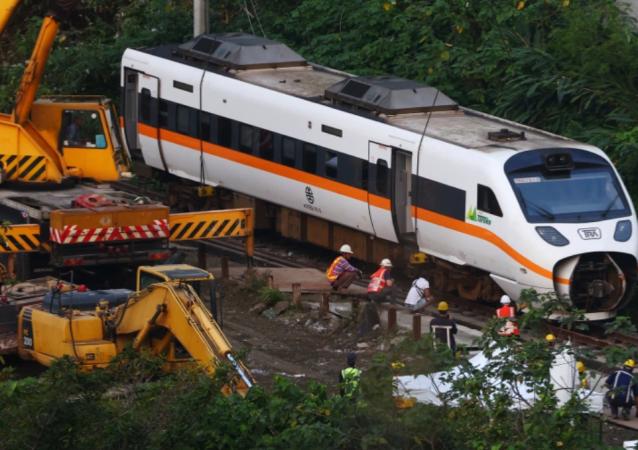 台湾列车出轨事故:专家发布撞击最后时刻的视频画面