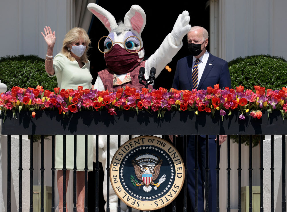 美国总统拜登与第一夫人和一只由人扮演的复活节兔子,一起亮相白宫的阳台。