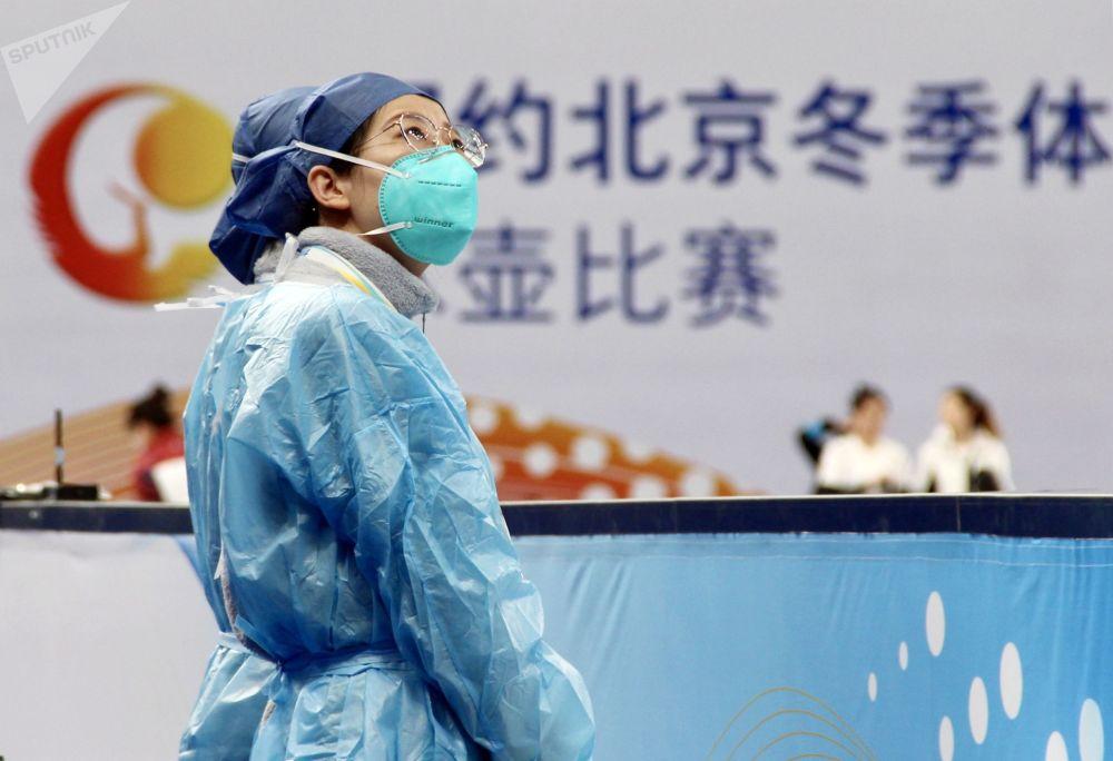 北京,冰壶测试赛现场身着防护服、戴着口罩的医务人员。
