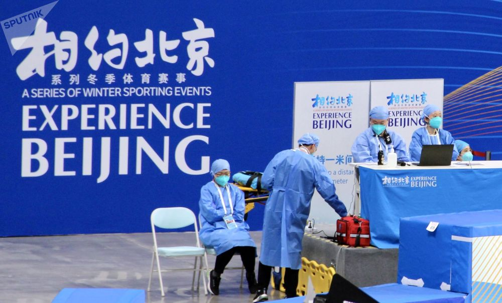 2022年北京冬奥会冰上项目测试赛现场的医务人员。