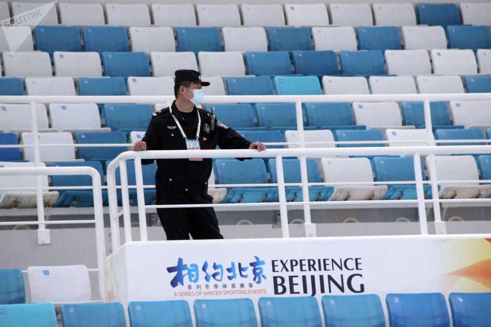2022年北京冬奥会冰上项目测试赛现场的保安。