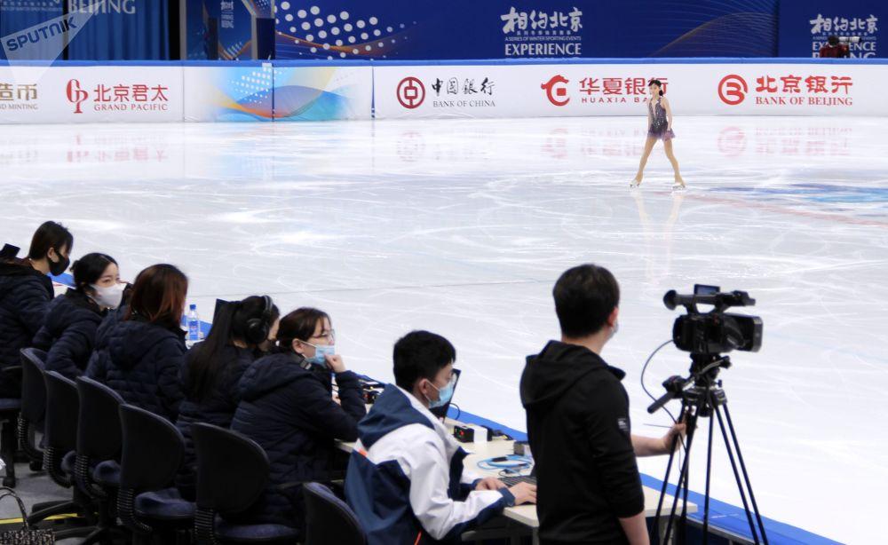 2022年北京冬奥会冰上项目测试赛花样滑冰比赛现场的评委们。
