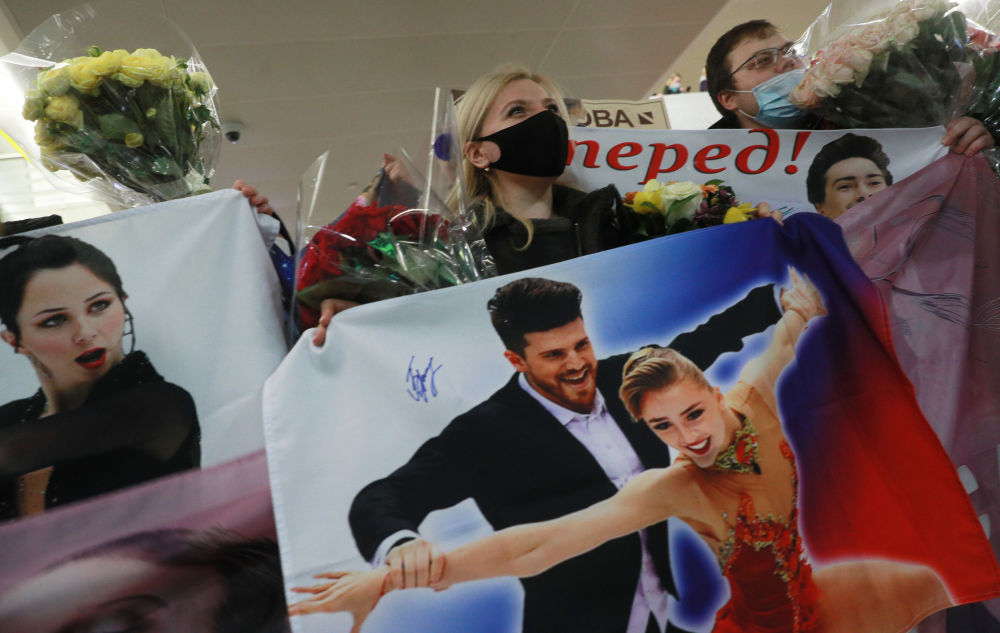 花滑爱好者在莫斯科舍列梅季耶沃国际机场迎接从世锦赛上载誉归来的俄罗斯花样滑冰队