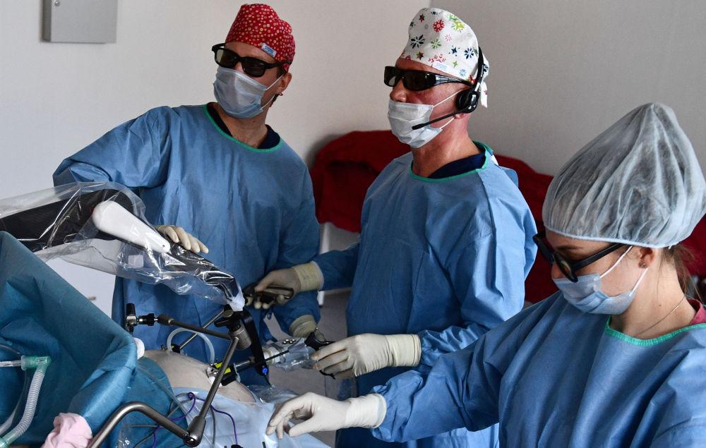 使用机械手当助手的腹腔镜手术