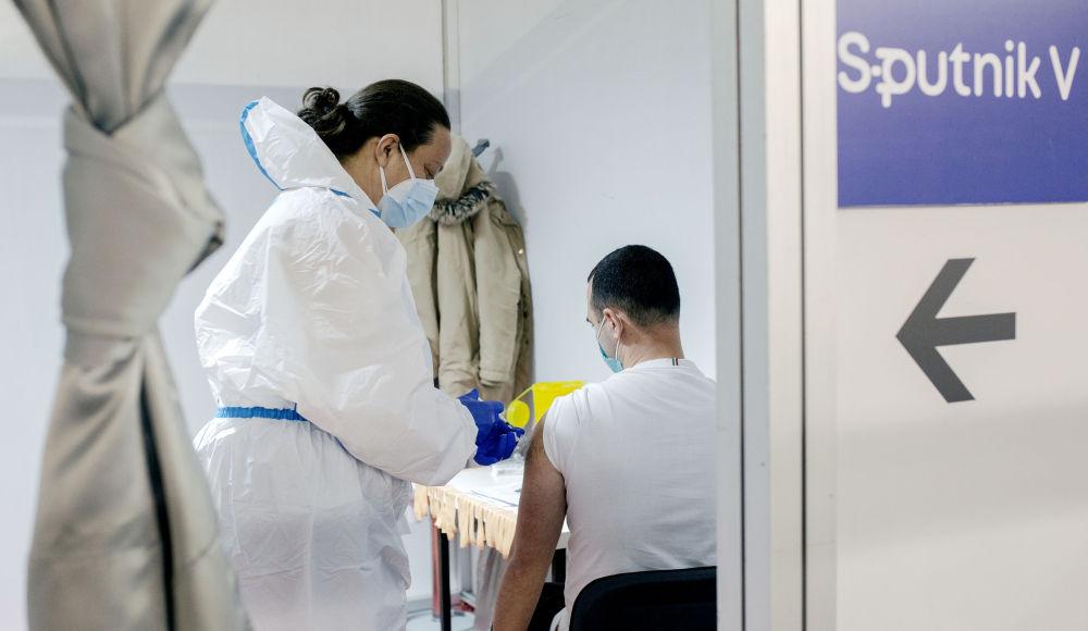 塞尔维亚,人们接种Sputnik V疫苗