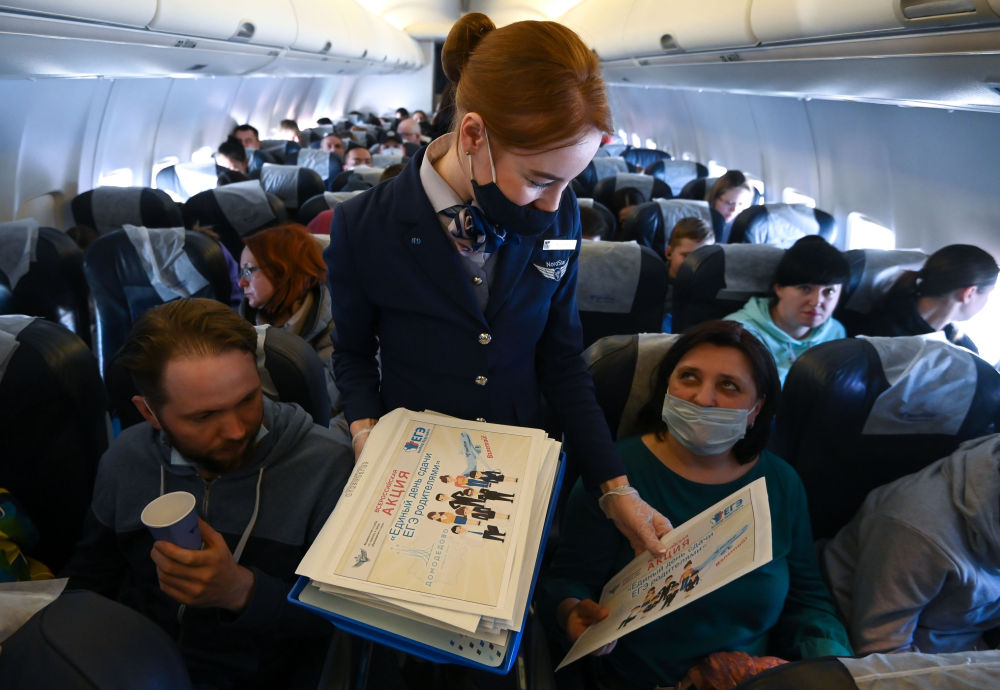 """莫斯科至索契航班的机舱里,正在举行""""家长通过国家统一考试的一天""""全俄行动"""