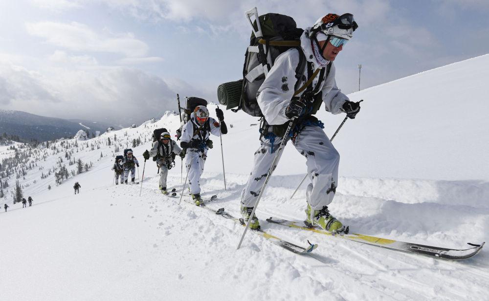 """""""萨彦斯基进行曲""""俄军全军滑雪登山比赛在克拉斯诺亚尔斯克边疆区举行"""