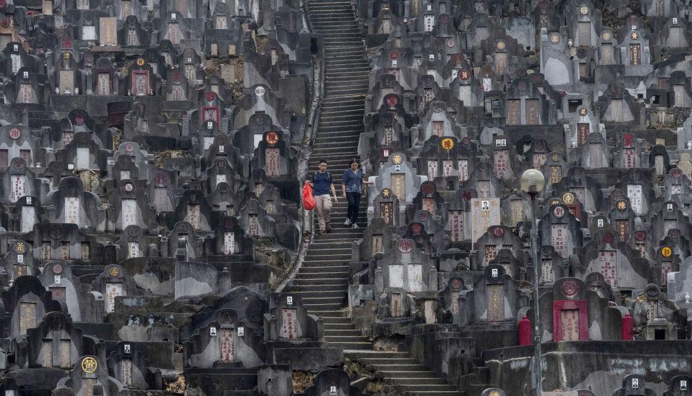 清明节,香港人去墓地扫墓