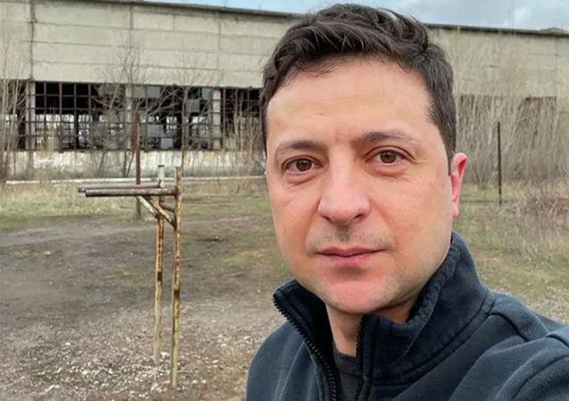 泽连斯基晒自拍照以生锈的双杠为背景