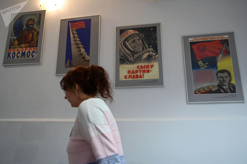 女访客在加加林市首飞太空博物馆参观。