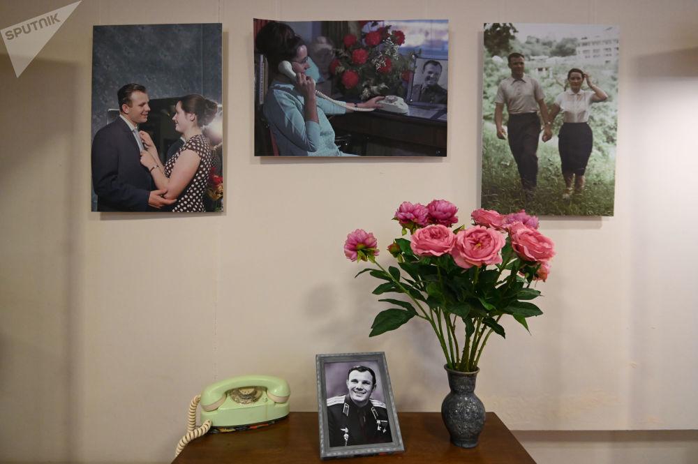 加加林市飞行员之家悬挂的尤里·加加林画像。