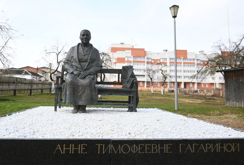 """加加林市""""安娜·季莫菲耶夫娜·加加林娜""""纪念雕像。"""