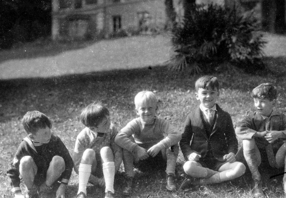 孩童时代的菲利普亲王在巴黎圣克劳德郊区的留影。
