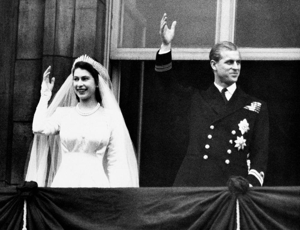 1947年,菲利普亲王与伊丽莎白二世婚礼留影。