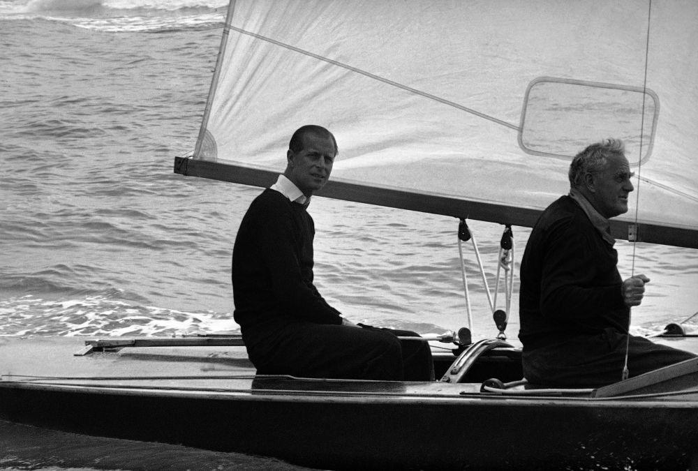1963年,菲利普亲王在驾游帆船留影。
