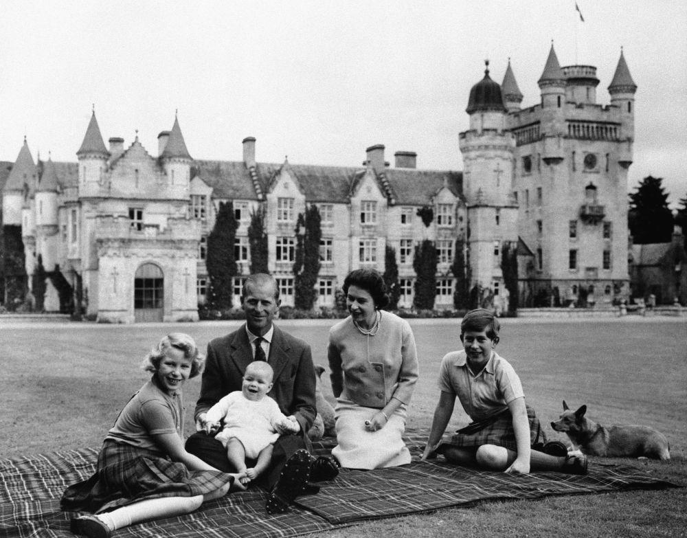 英国女王伊丽莎白二世与丈夫菲利普亲王和三个孩子在巴尔默拉尔城堡留影。