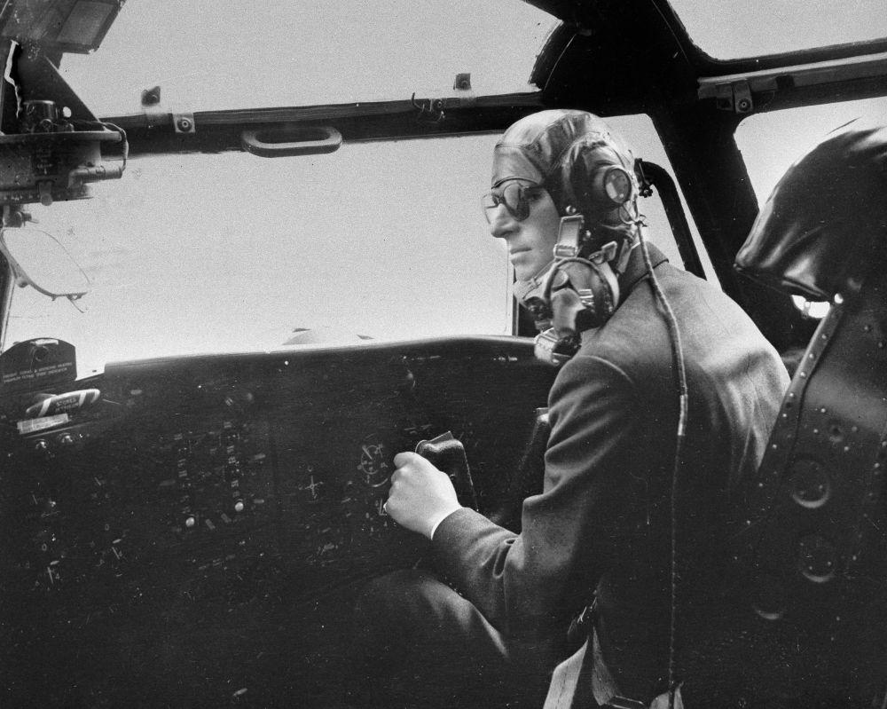 菲利普亲王驾驶布莱克本号飞机留影。