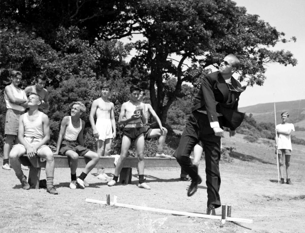 1949年,菲利普亲王在威尔士海事学校留影。