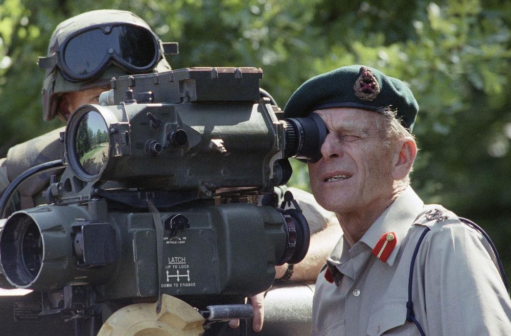 """1991年,菲利普亲王操作""""陶""""式反坦克导弹观察。"""
