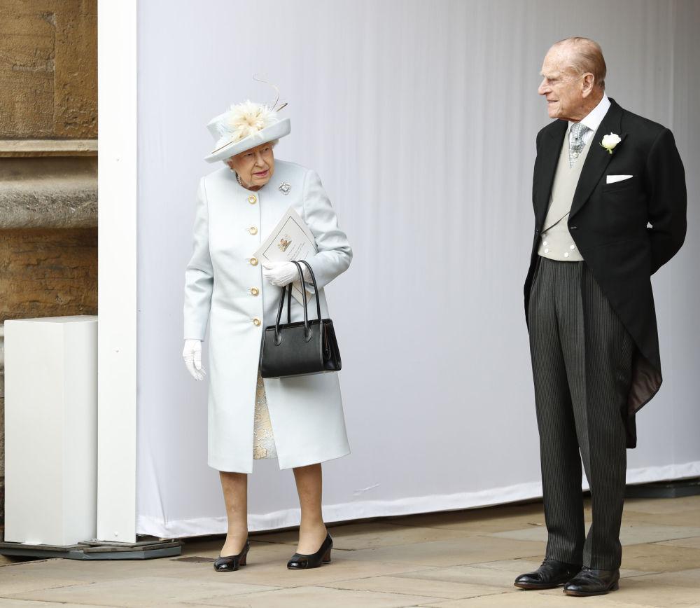 2018年,英国女王伊丽莎白二世与菲利普亲王参加尤金妮公主和杰克•布鲁克斯班克婚礼留影。