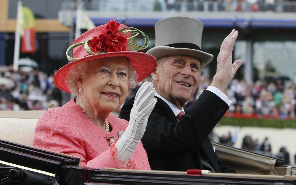 英国女王伊丽莎白二世与菲利普亲王在阿斯科特留影。
