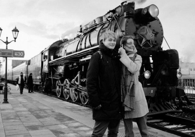 """""""我和安娜是在香港遇到的,在那儿我们担任一家时装公司的翻译。我们旅行了两年,然后决定去俄罗斯:先去了圣彼得堡,然后和她的母亲一起住在克拉斯诺达尔。那时,新冠疫情升级,边界被关闭了。之后我们去了安娜的家乡新西伯利亚。因此,我在俄罗斯已经生活了整整一年。"""""""