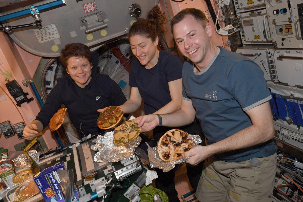 国际空间站舱内的食品加热机。