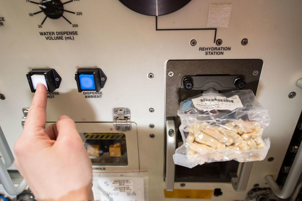 意大利航天员萨曼塔·克里斯托夫雷蒂在国际空间站舱内制作午餐。