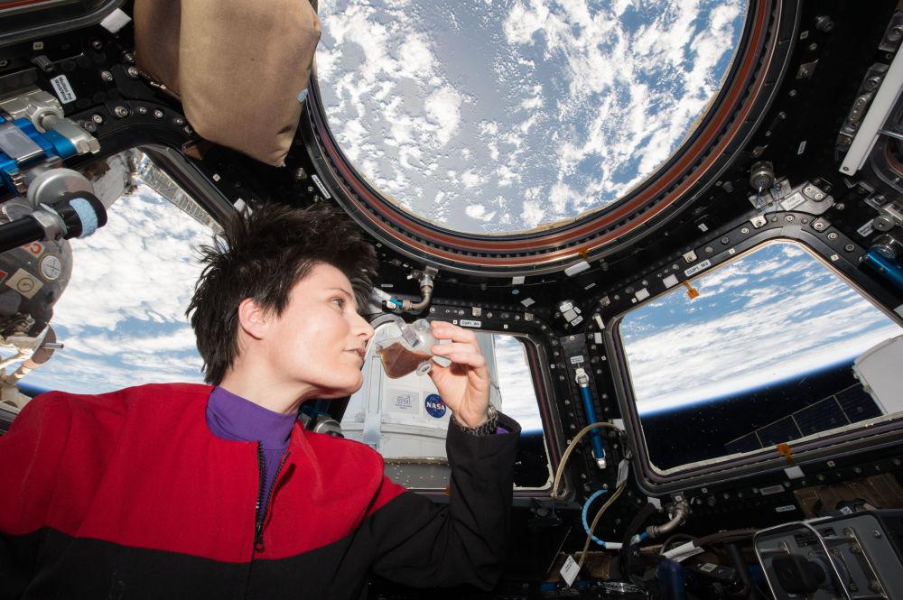 意大利航天员萨曼塔·克里斯托夫雷蒂在国际空间站舱内品尝热饮咖啡。