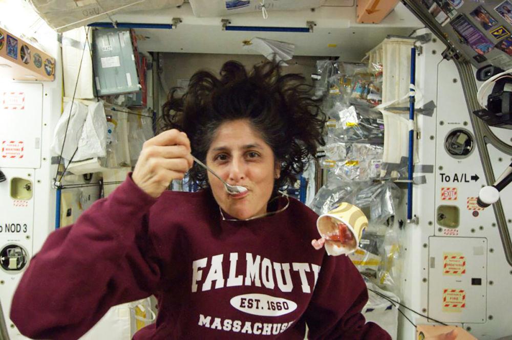 美国航天员威廉姆斯在国际空间站舱内。