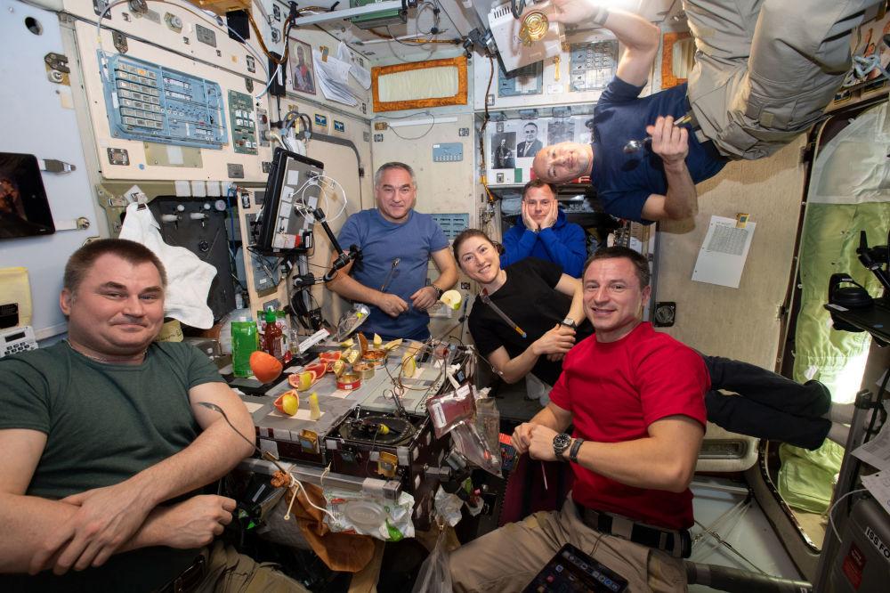 国际空间站第60次飞行组员在舱内聚餐。