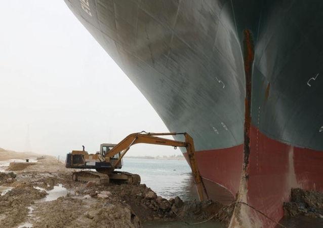 苏伊士运河挖掘机工人未获加班费 曾连续工作21个小时