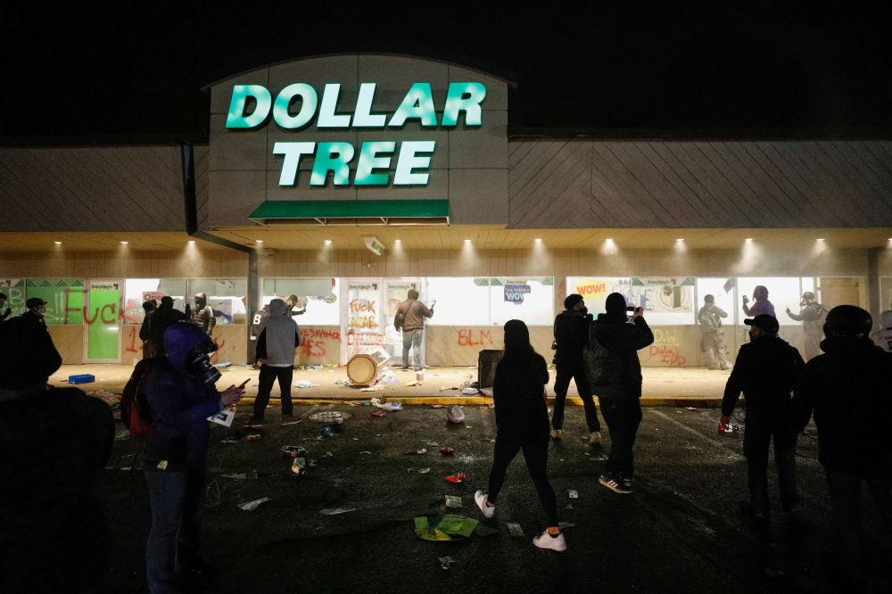 明尼苏达州抗议者在超市外聚集抗议。