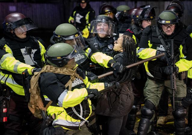 美国明尼苏达州16日晚的骚乱中约100人被拘留