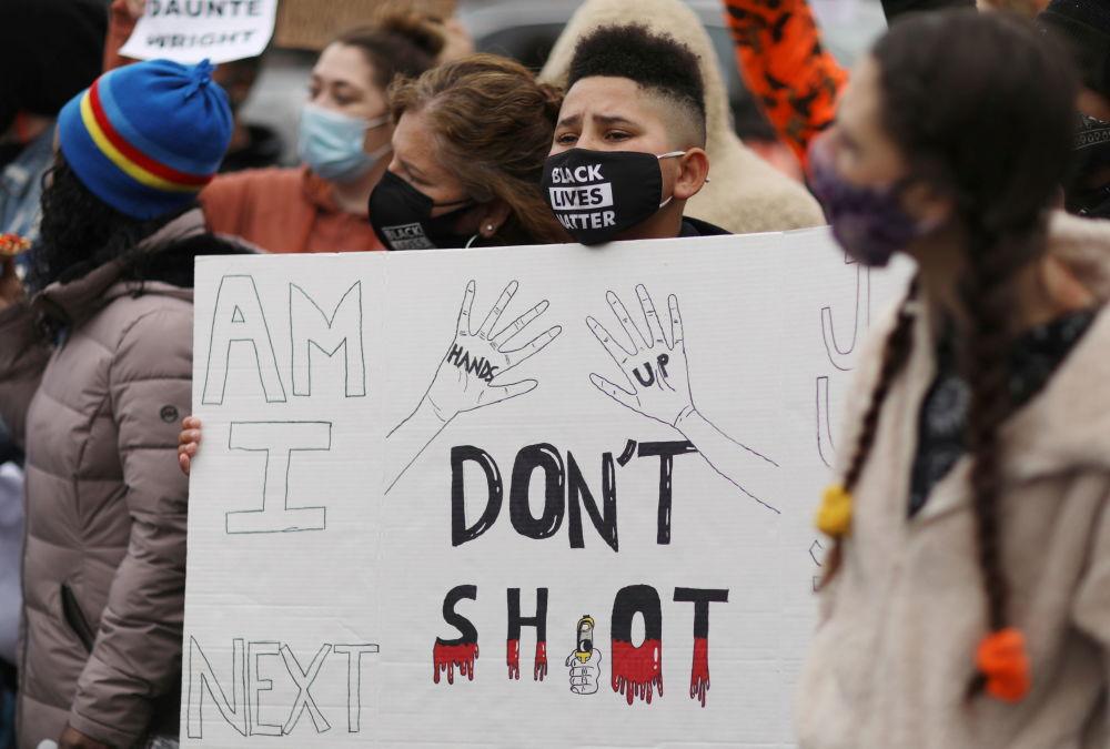 明尼苏达州抗议者在布鲁克林中心警察局外聚集抗议。