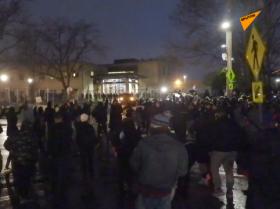 烟花!催泪瓦斯!美国布鲁克林中心地区持续骚乱。