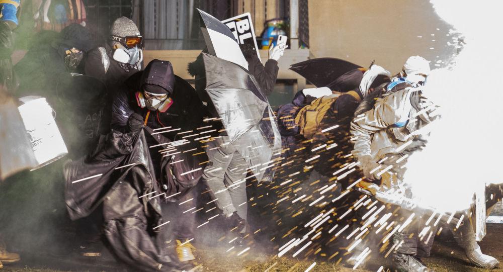 美国警方在布鲁克林中心使用震爆弹和催泪瓦斯驱散示威者