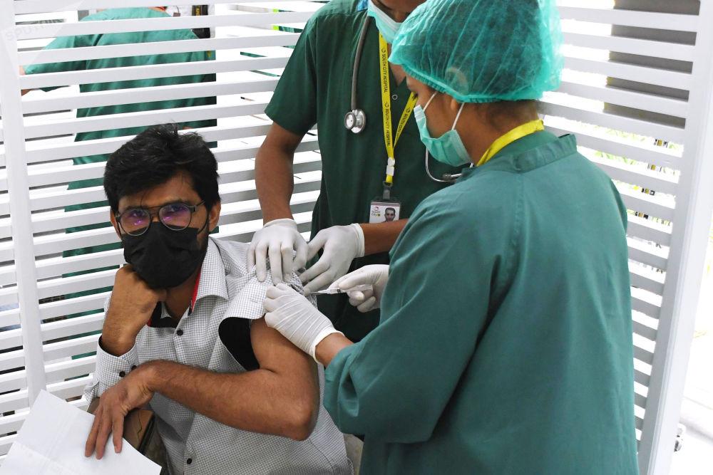 """卡拉奇接收的俄制""""卫星5""""新冠疫苗。"""