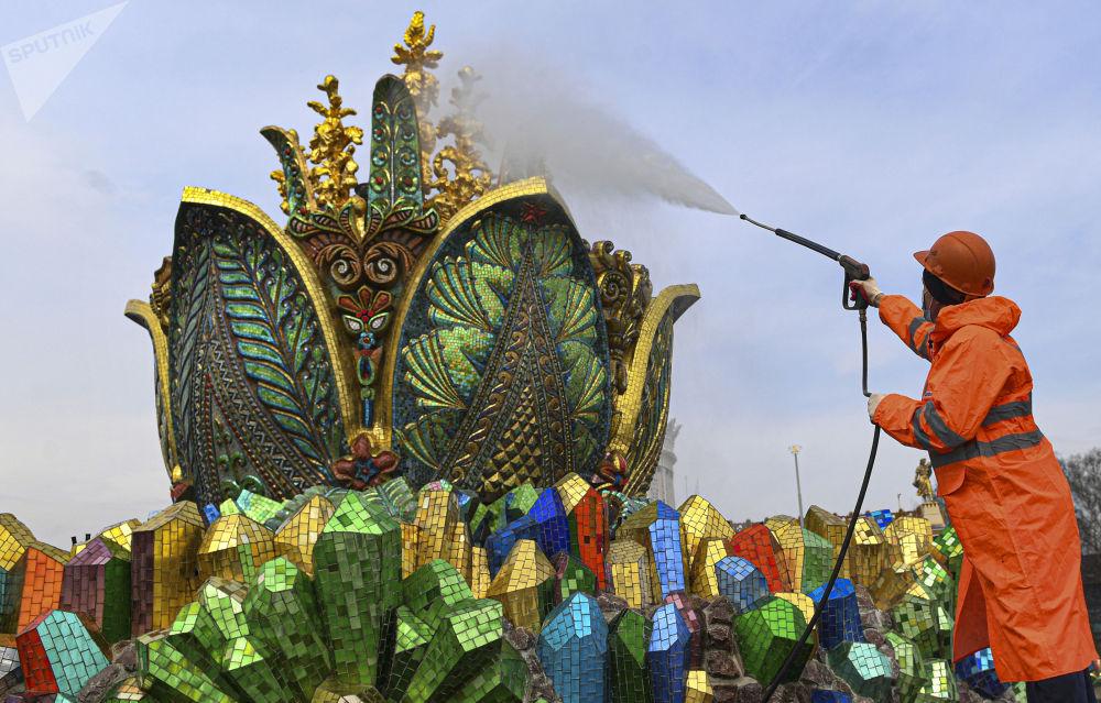 莫斯科市国民经济成果展览馆主喷泉清洁工作。