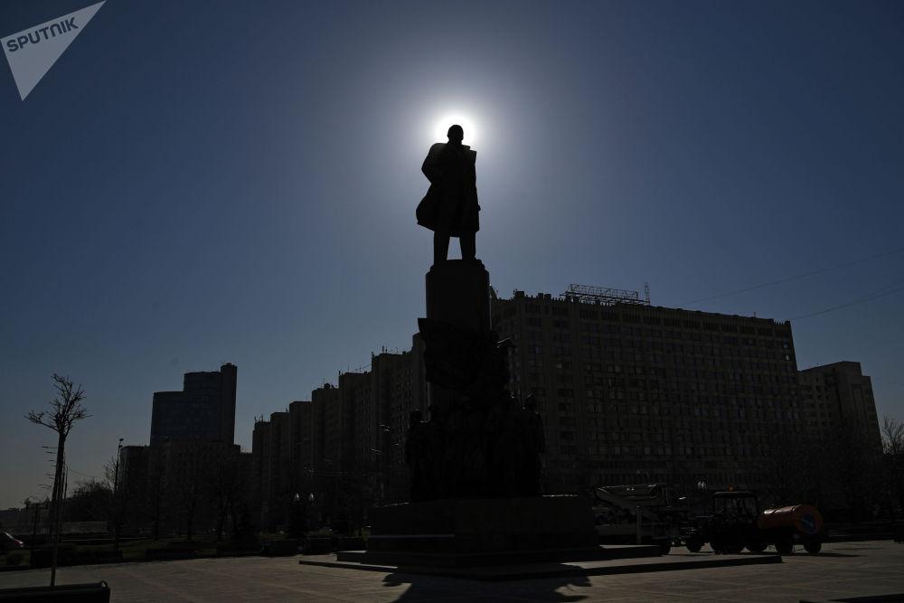 莫斯科市卡卢加广场列宁像。