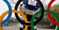 东京奥运会吉祥物Miraitowa与奥运五环雕像。
