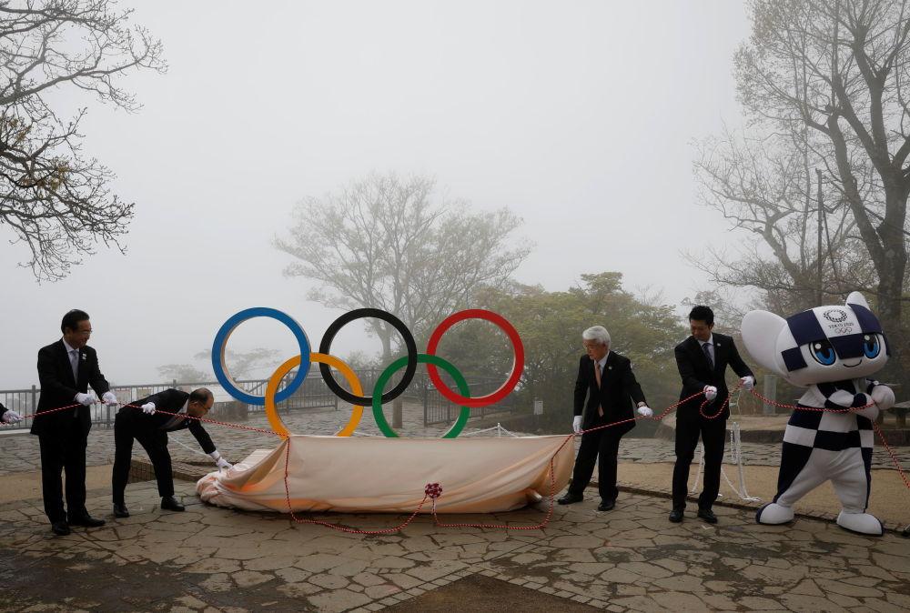 奥运五环标志雕像在东京高尾山揭幕亮相。