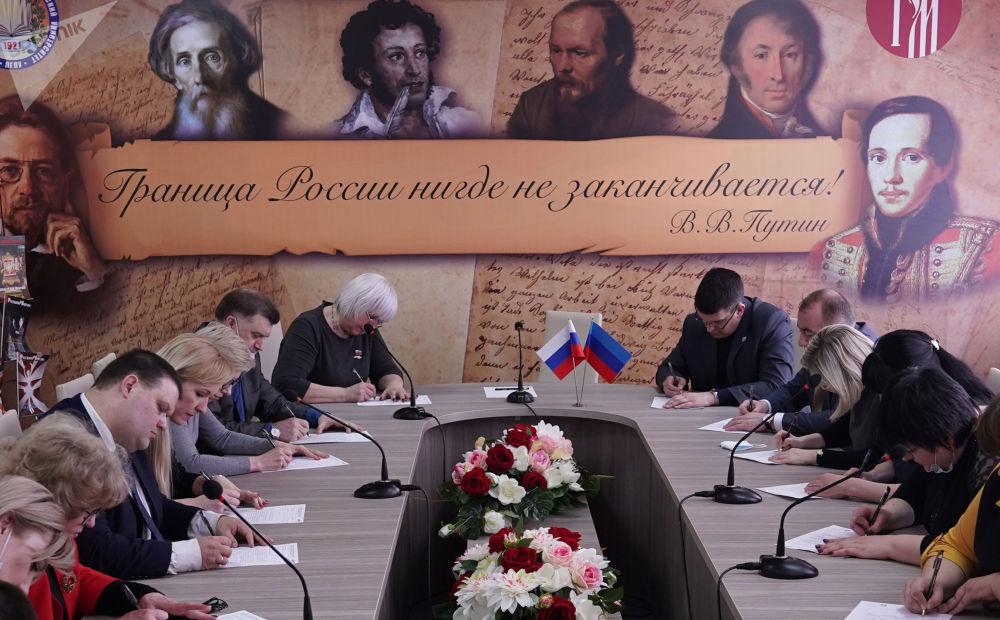 """卢甘斯克市共和国教育发展中心开展""""全民听写-2021""""俄语测试活动。"""