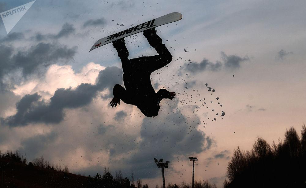 圣彼得堡市举行Red Bull Jump & Freeze滑雪跳冰洞比赛。