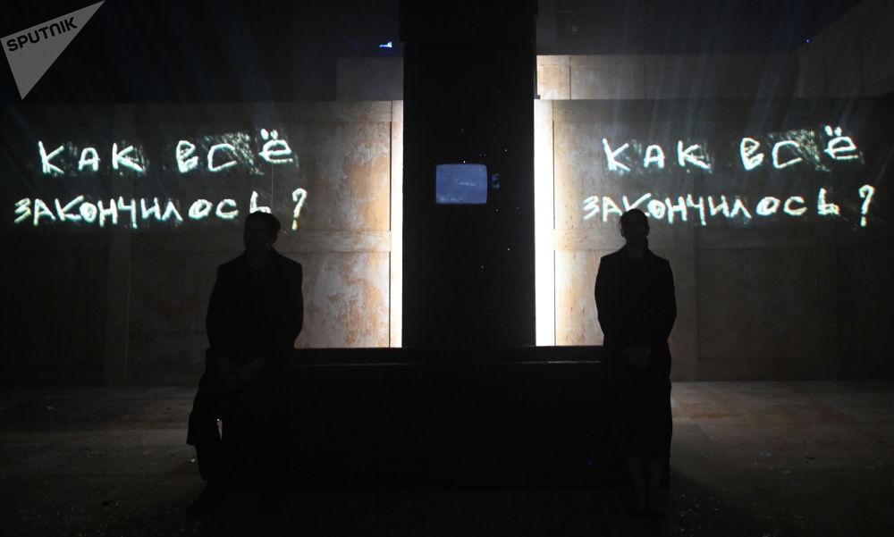 """民族剧院上演""""活着•托""""话剧。"""