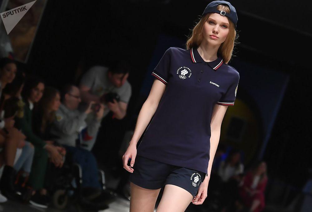 模型展示Zasport品牌为俄罗斯队运动员提供的东京奥运会官方制服。