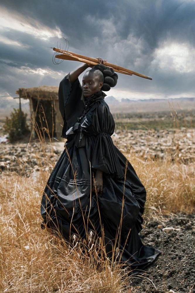 津巴布韦摄影师塔玛莉•库迪塔凭借作品《African Victorian》,成为2021年索尼世界摄影大赛年度公开摄影师。