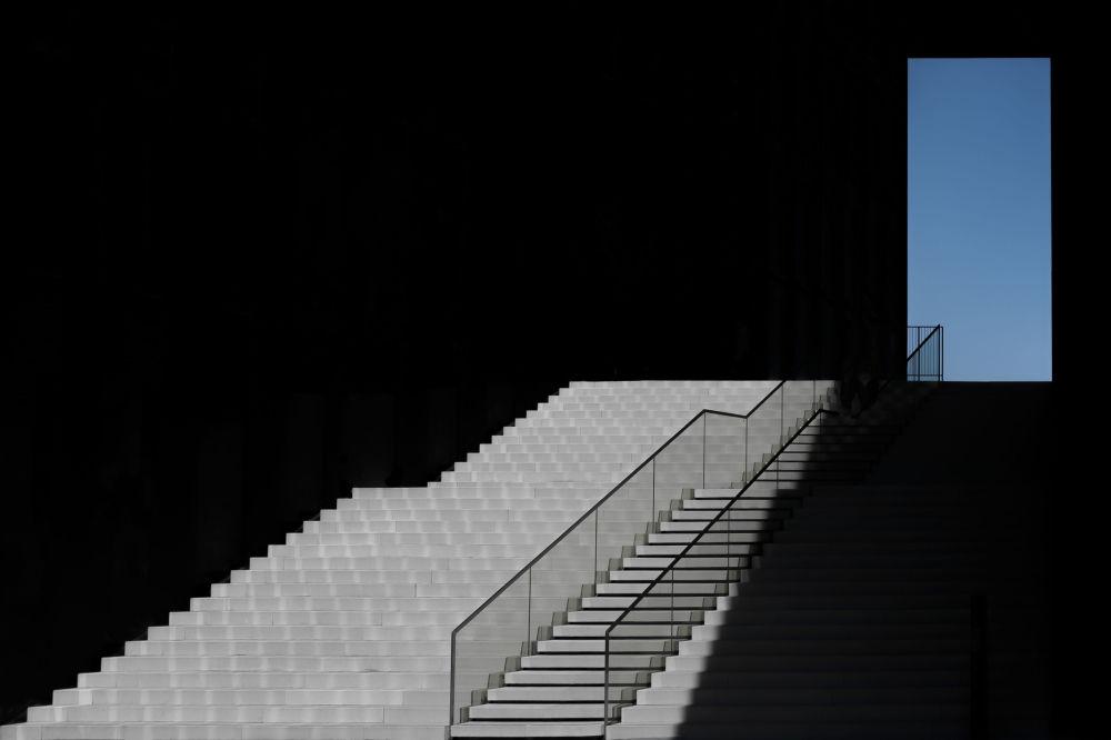 德国摄影师克劳斯•伦岑拍摄的作品《The Blue Window》,获得公开组建筑类别奖项。